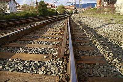 Contracarril instalado en vía sobre traviesa de madera en balasto