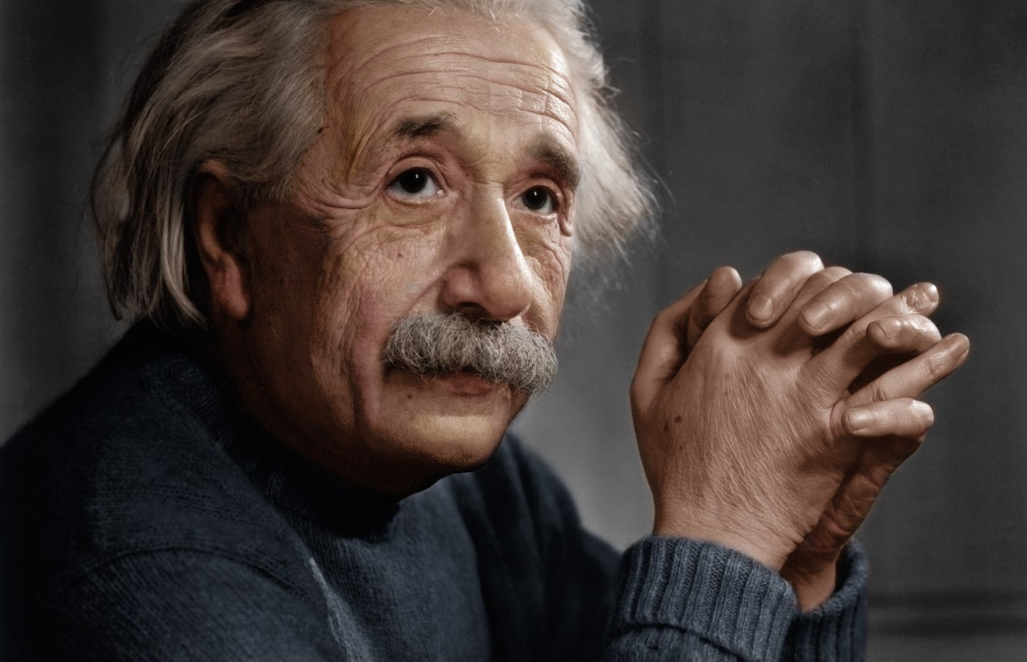 Retrato de Einstein con las manos cruzadas