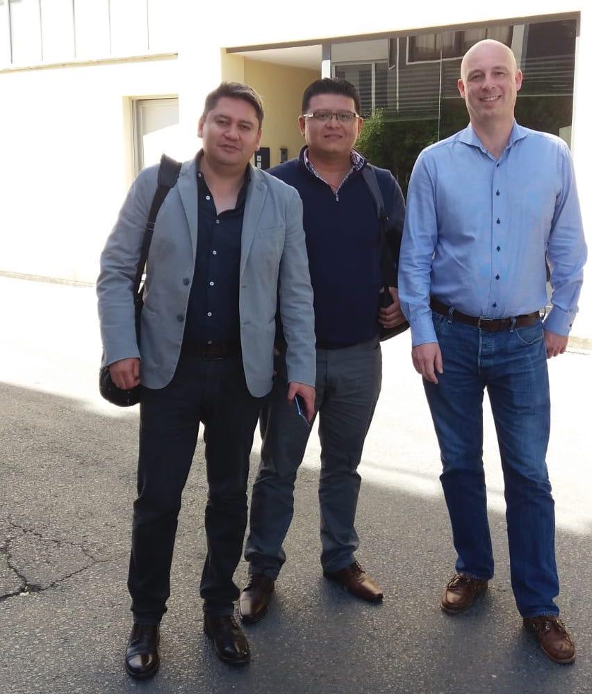 Enrique González y Carlos Alberto dela Cruz en un momento de la visita junto con Jean Robert Laarhoven, comercial internacional de Amurrio.